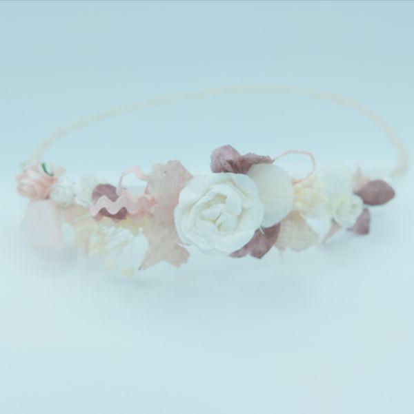 semicorona rosa con flores de aliana comunion barcelona